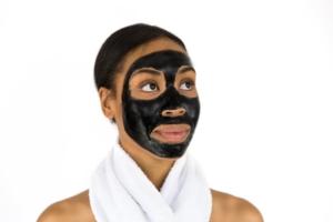schwarze gesichtsmaske gegen mitesser